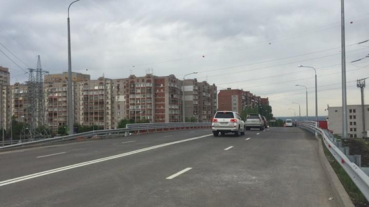На съездах с моста на Ташкентской — Демократической включили светофорное регулирование