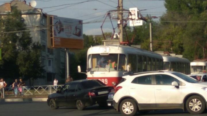 В Самаре на улице Авроры трамвай влетел в легковушку