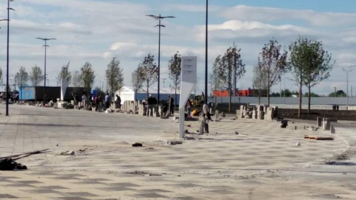 Рабочие завершают укладку плитки у стадиона «Самара Арена»