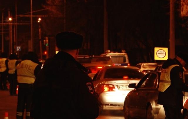 В Самаре ночью инспекторы ГИБДД блокировали один из оживленных перекрестков