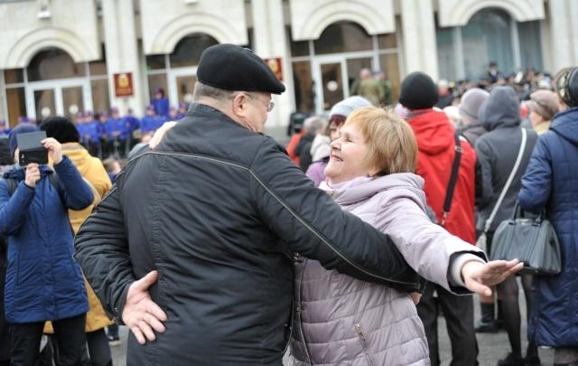 Сотни человек станцевали вальс в центре Ярославля в честь воссоединения Крыма с Россией
