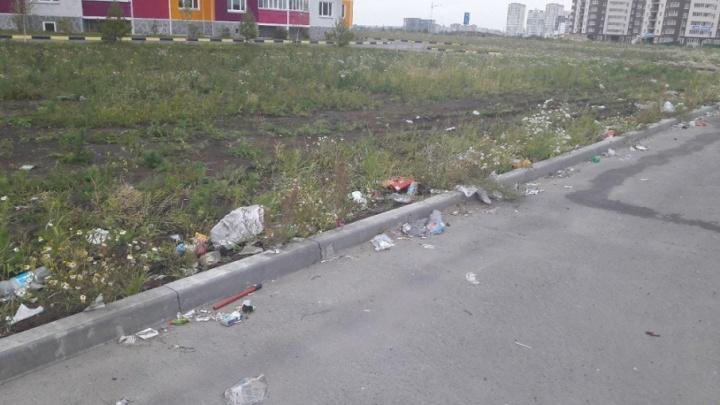 Тюменцы жалуются на мусор, разбросанный на конечной остановке 39-го маршрута