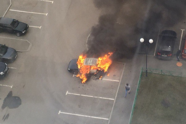 Во дворе по улице Бакинских Комиссаров сгорела легковушка