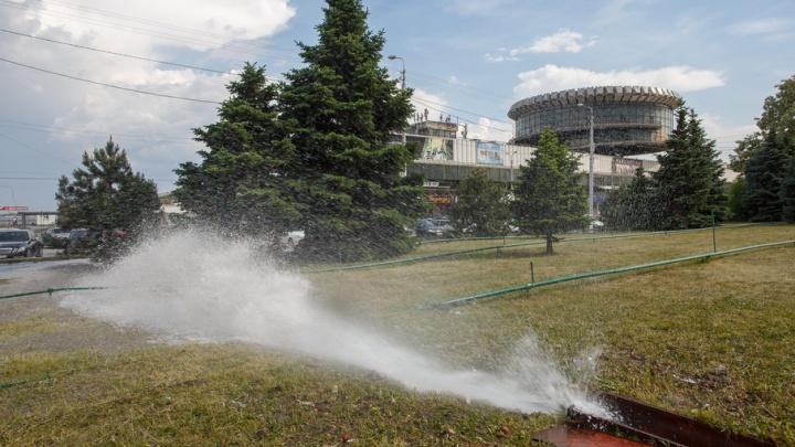 В центре Волгограда из-под земли забил фонтан