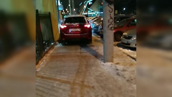 В Ярославле разыскивают красную «Мазду», устроившую езду по тротуару