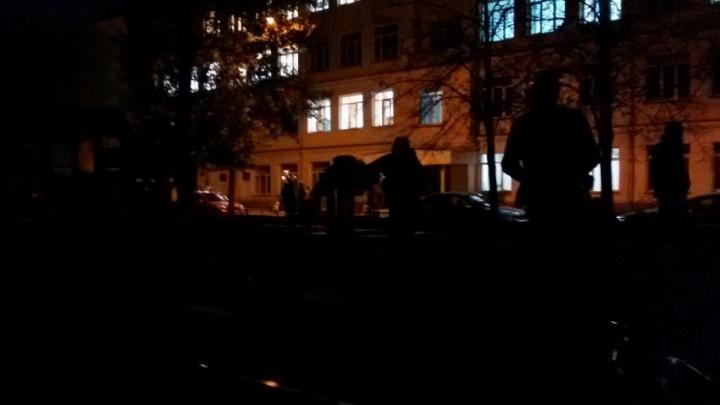 «Темно, хоть глаз выколи!»: челябинский сквер частично подсветят фонарями с дворца культуры