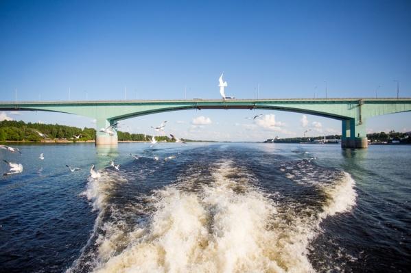 Чудесный вид с речного трамвайчика на Октябрьский мост