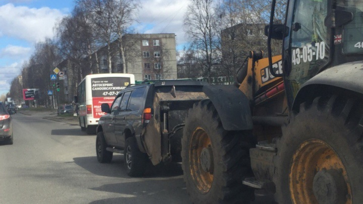 В Архангельске трактор взял на таран иномарку