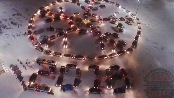 В Волжском собрали новогоднюю снежинку из 150 машин
