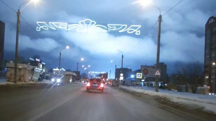 Жители Сызрани сняли загадочную вспышку в небе