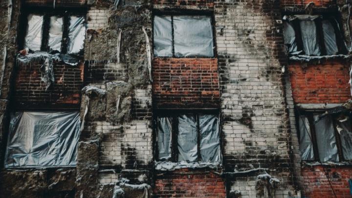 Красноярские эксперты обследовали сгоревшую девятиэтажку на Олимпийской: репортаж с места событий