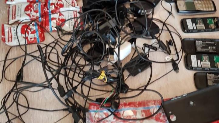 Дрожжи и мобильные телефоны пытались перебросить в тюменскую колонию