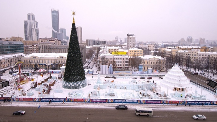 Фоторепортаж Е1.RU: разглядываем огромный торт и ледяных футболистов с ратуши Екатеринбурга