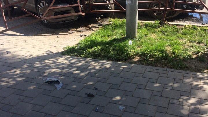 В Самаре отечественная машина влетела в Volkswagen: иномарка протаранила ограждение