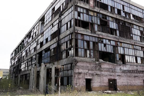 В промышленной зоне Ярославля с легкостью можно найти почти десяток подобных полуразрушенных зданий
