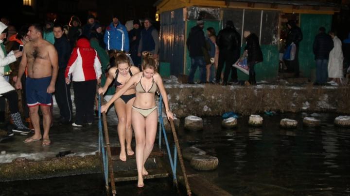 Красотки в купальниках окунулись в воду: фоторепортаж