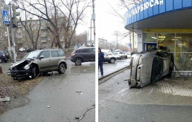 Иномарка в Ленинском районе снесла светофор и влетела в остановку