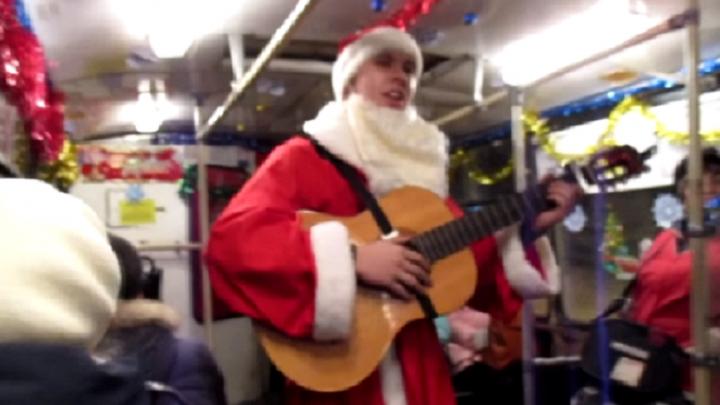 В рыбинском троллейбусе Дед Мороз с гитарой заставил танцевать кондуктора