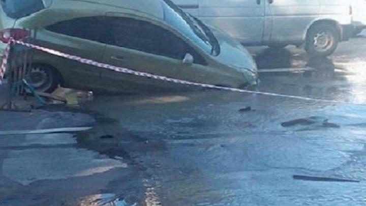 Иномарка вместе с асфальтом провалилась в дорожную яму на Днепровском переулке