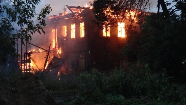 В Ярославле пять часов тушили дом в элитном районе