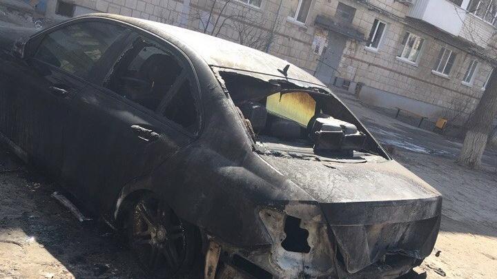 В Советском районе Волгограда вспыхнул дорогой Mercedes