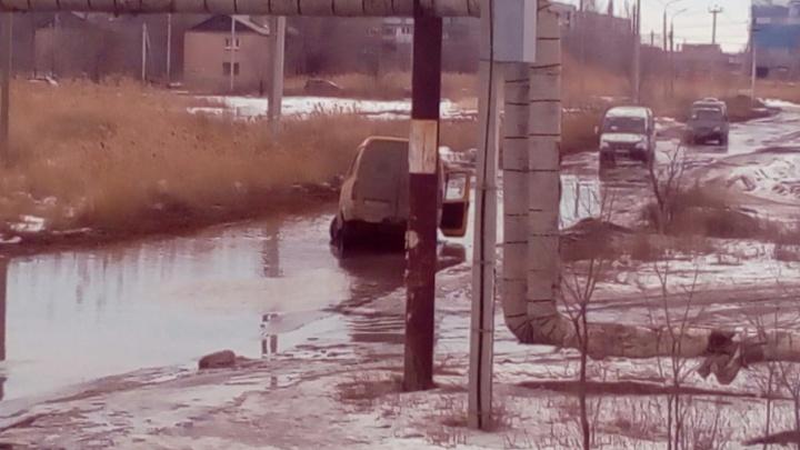 На юге Волгограда маршрутка потеряла колесо и едва не ушла под воду