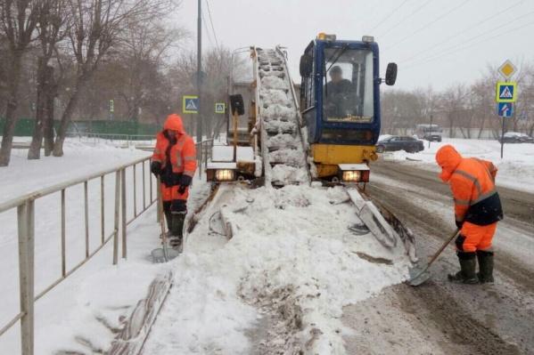 В эту минуту на очистку снежных дорог вышли более шести сотен специальной техники