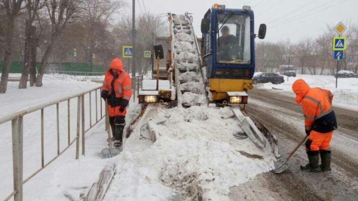 Последствия вечернего и ночного снегопада в Тюмени убирают 612 единиц техники