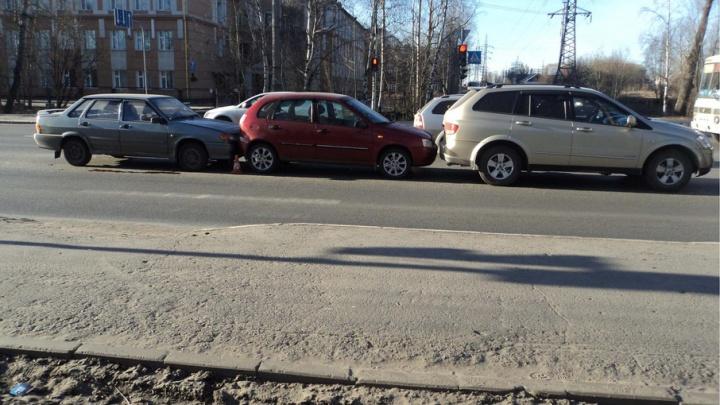 В Ломоносовском округе три авто не поделили дорогу