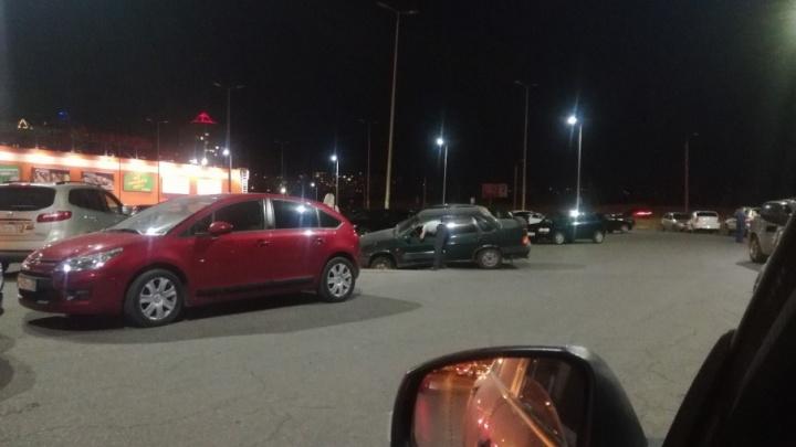 На парковке ТРЦ «КомсоМОЛЛ» автомобиль провалился колесом в открытую ливневку