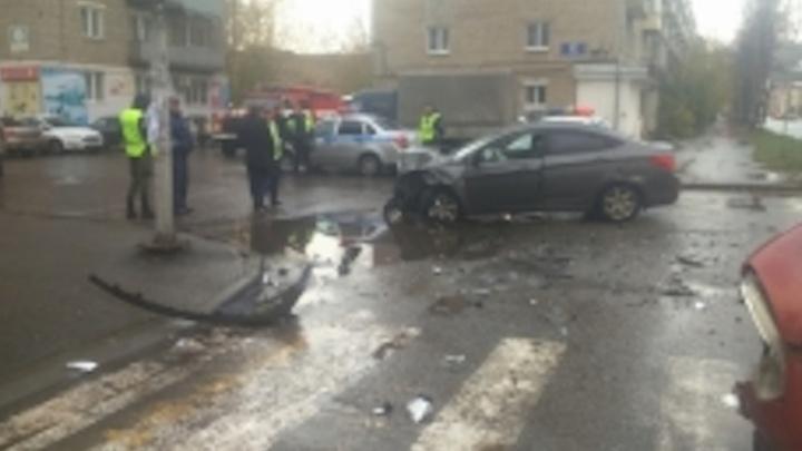 На перекрестке в Рыбинске разбились две иномарки: пострадала девочка
