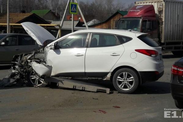 Оба автомобиля получили серьёзные повреждения.