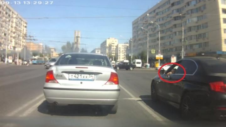 Волгоградца оштрафовали за проезд на красный свет с ребенком за рулем BMW