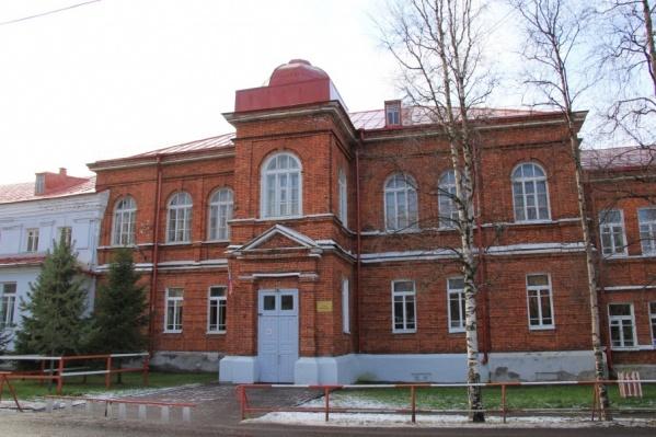 До революции здесь располагалось епархиальное духовное училище. Сейчас — частная школа «Ксения», которой придется искать себе новый адрес