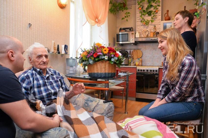 Родственники рассказывают, что ветеран очень аккуратный и к жизни относится с позитивом. К тому же родные отмечают, что у Александра Герасимовича хорошее чувство юмора.