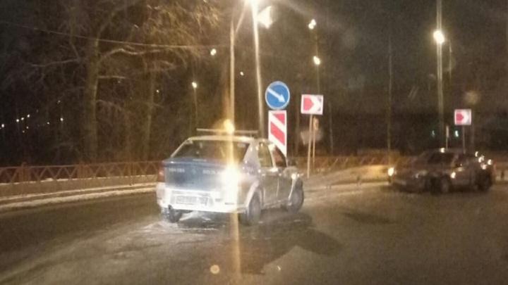 Две машины соскользнули в отбойник в центре Ярославля