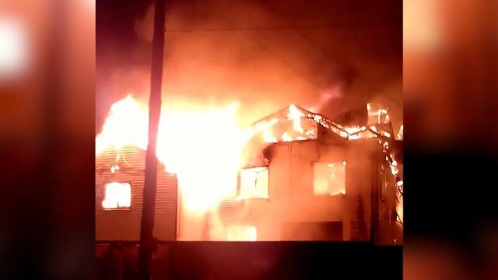 Полыхали, как факел: в Челябинске сгорели два частных дома и дворовые постройки
