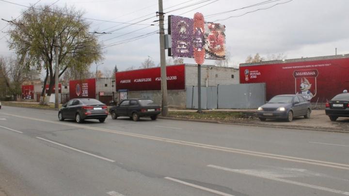 Спрятали за яркой обложкой: в Самаре на старые гаражи повесили волка Забиваку