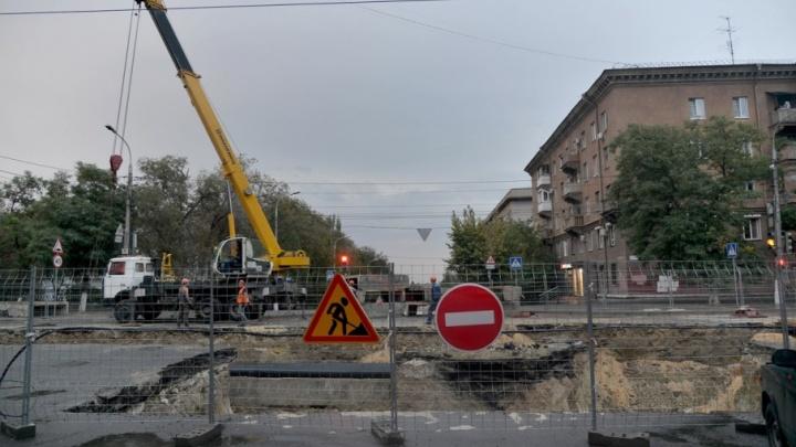 Затяжной ремонт на улице Советской в Волгограде объяснили теснотой и нехваткой труб