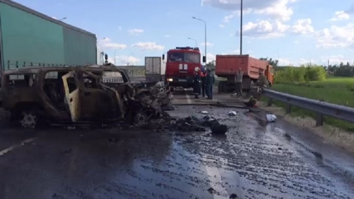 В Ростовской области после столкновения с КАМАЗом загорелся Hummer