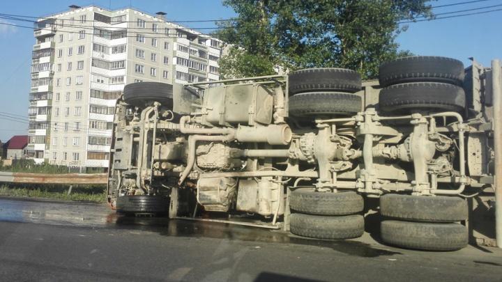 В Ленинском районе КАМАЗ завалился на бок посреди дороги