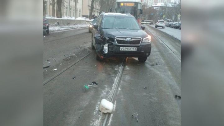 На Красноармейской «Субару» вытолкнул «Киа» на обочину и перекрыл путь трамваям