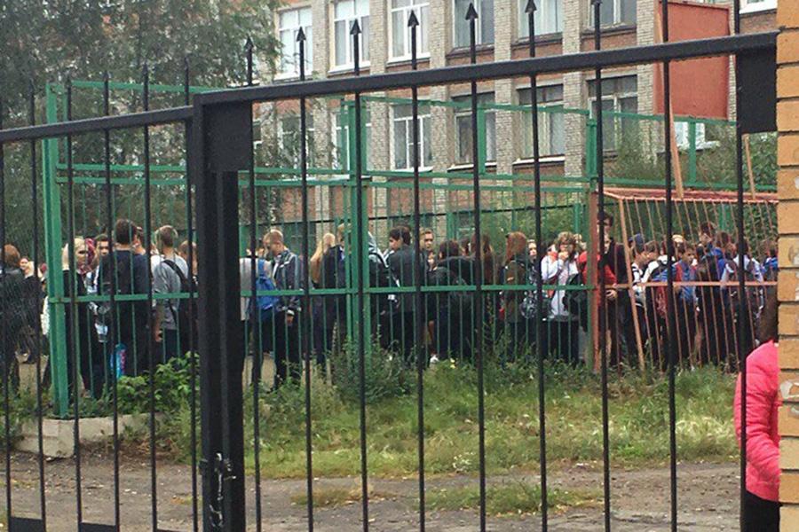 Омские школьники тоже оказались на улице