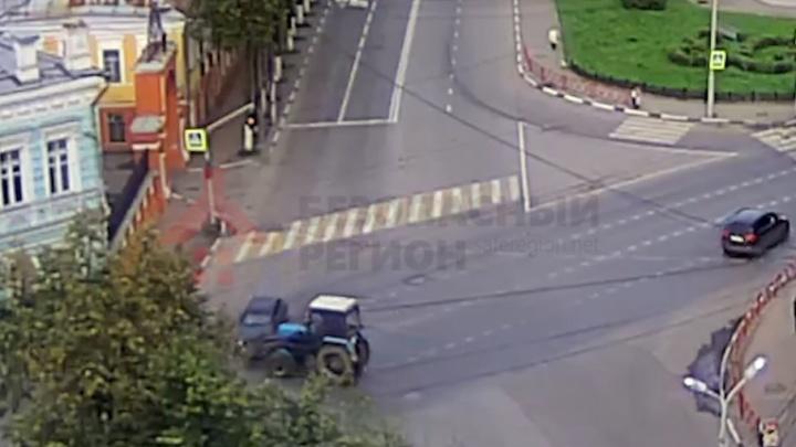 Давай вместе на желтый: появилось видео, как трактор давит «десятку» ковшом