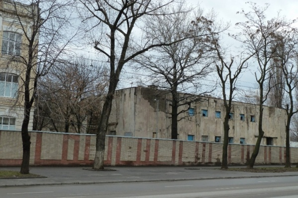 На месте бывшей мечети сейчас стоит заброшенный солдатский клуб