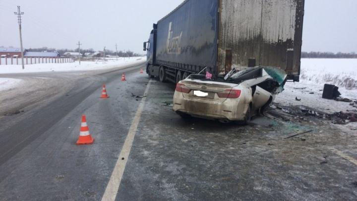 Водителя зажало в машине: в Красноярском районе Toyota заехала под грузовик