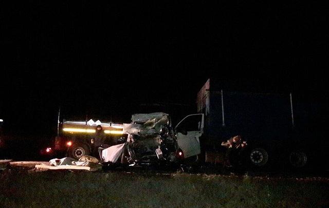 В Волгоградской области микроавтобус врезался в два грузовика