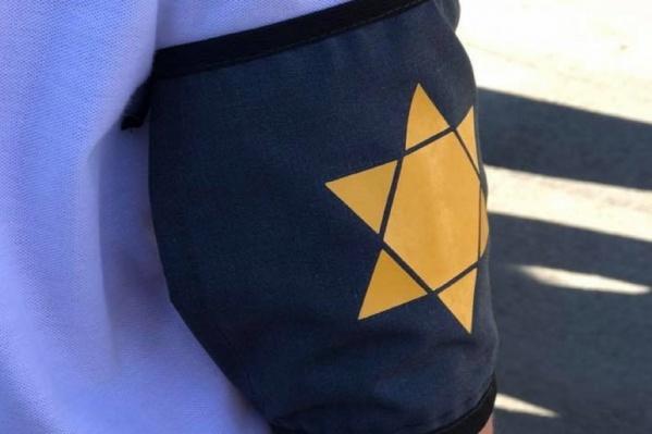 Участники марша повязали на руки изображения звезд Давида – такие символы во время оккупации должны были носить все евреи