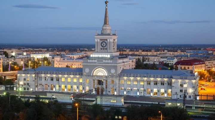 В Волгограде осветили золотую звезду на шпиле железнодорожного вокзала