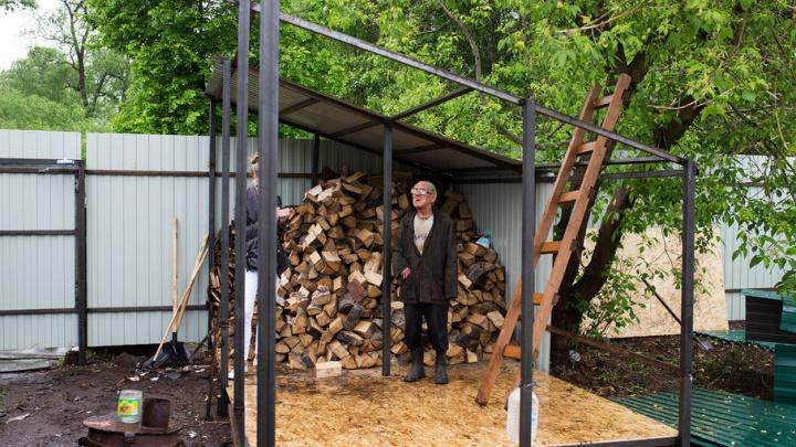 Ярославские власти привезли ветерану из землянки телегу дров